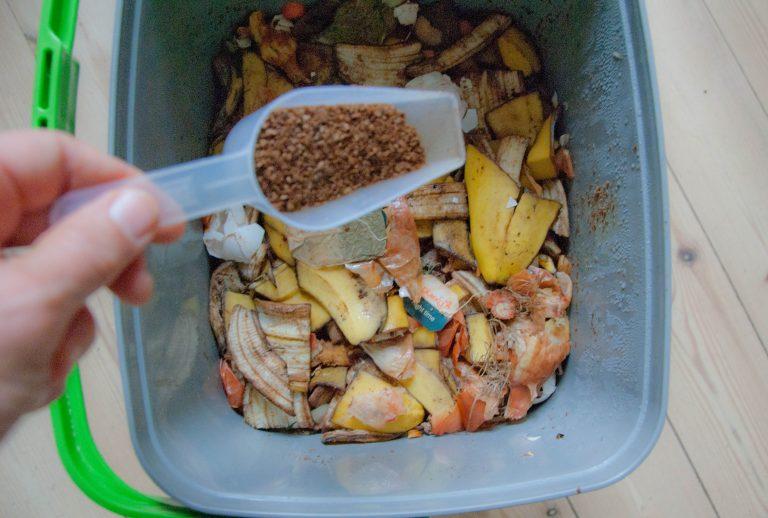 Bokashi metoden: Kompostgær drysses på madaffald
