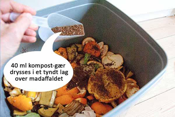 Kompostgær drysses på madaffaldet