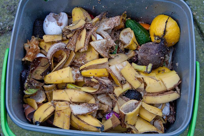Madaffald bliver til bokashi i Bykompostspanden