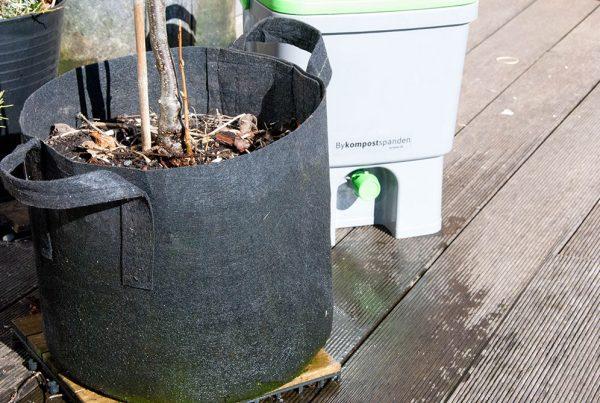 Bokashijord til altanplanterne. Foto Maria Ehlert, Byhaver.dk