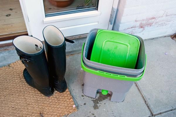 Bykompostspanden spules med vandslange